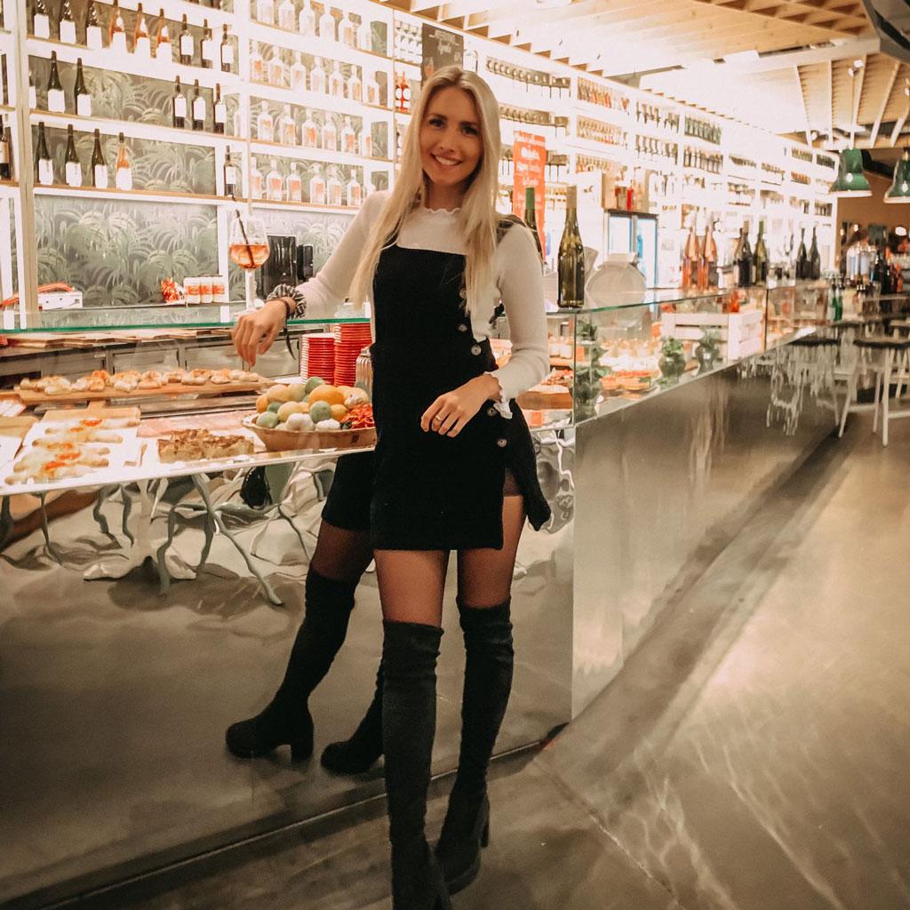 Marisa Hofmeister an einer Food-Bar bei einem Event